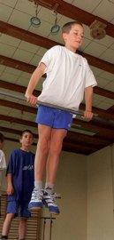 Beim Turnunterricht in der Sporthalle